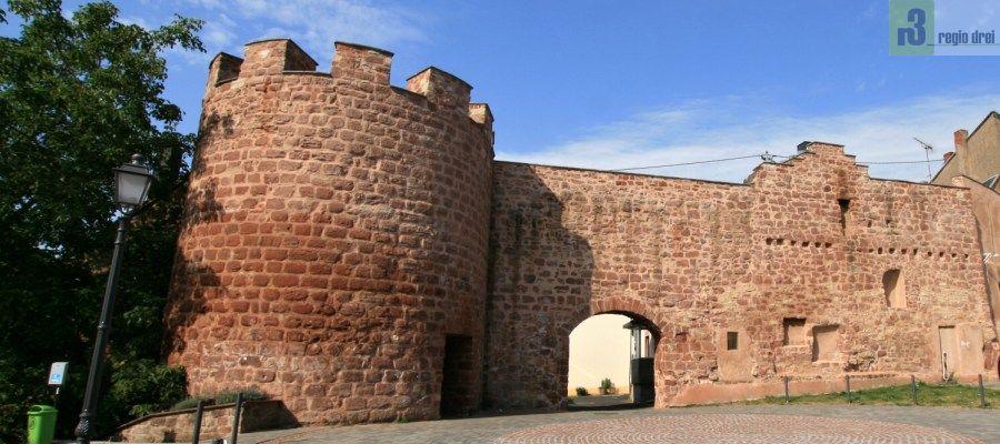Stadtmauer und Turm am Dorfplatz in Freudenburg.