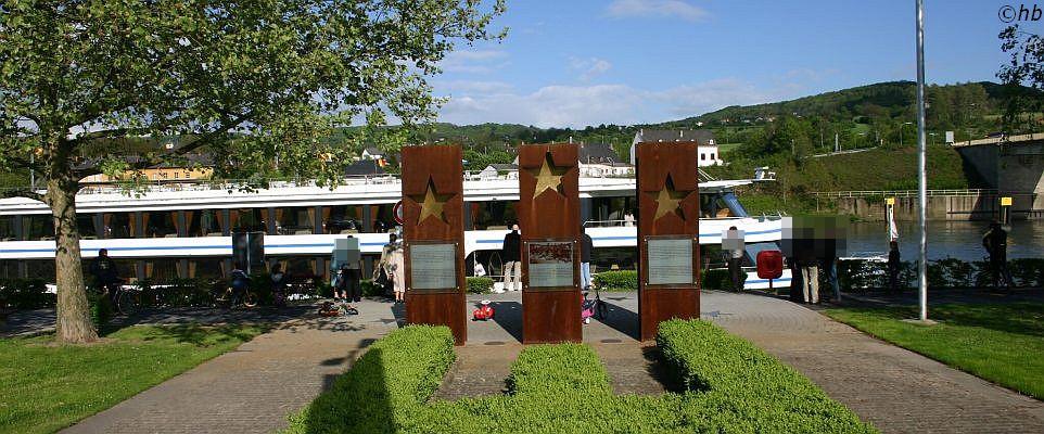 """Europadenkmal  in der luxemburgischen Gemeinde Schengen. Im Hintergrund die M.S. Princesse Marie-Astrid, Baujahr 2010. Am 14, Juni  1985 ankerte das Ausflugsschiff """"Princesse Marie-Astrid in Nähe von Schengen. An Bord waren Vertreter von Frankreich, der Bundesrepublik Deutschland und der BeNeLux Staaten. Unterzeichnet wurder das """"Schengener Übereinkommen"""". Foto: Archiv"""