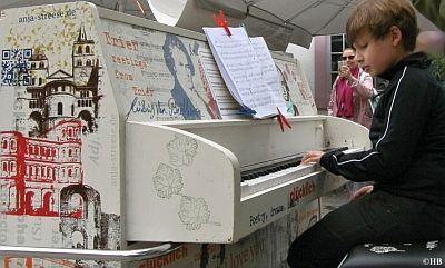 """Pianomusik auf dem Domfreihof: Die Sieb-Druck Künstlerin  Anja Streeseaus Trier verwandelte für das Projekt  """"My Urban Piano Trier 2020"""" ein Piano zu einem Kunstpiano."""