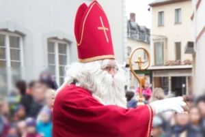 Einen Nikolaus , wie hier im Jahr 2015, wird es in diesem Jahr aufgrund der Corona-Pandemie in Saarburg nicht geben. Als Ersatz gibt es aber eine coronakonforme Nikolaus-Aktion von der Stadt.