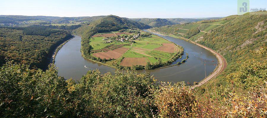 Schöne Aussicht Serrig: Blick auf die kleine Saarschleife bei Hamm im Herbst.