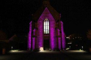 Evangelische Kirche in Merzig erstrahlt in der liturgischen Farbe des Advents. Foto: hb/regiodrei