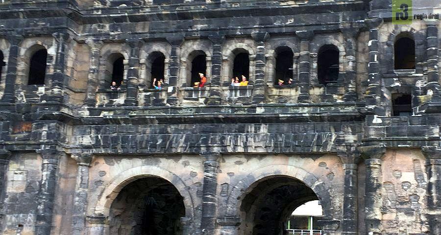 Archivfoto aus dem Jahr 2015: Narren erobern die Porta NIgra in Trier.