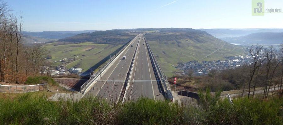 Die Moseltalbrücke bei Zeltingen-Rachtig ist die Überquerung der Bundesautobahn (A 61) über die Mosel und verbindet den Hunsrück mit der Eifel.