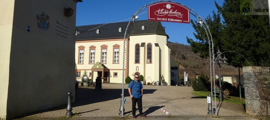 Gegenüber dem Weinort Zeltingen, unweit von Bernkastel-Kues, liegt das ehemalige Zisterzienserinnenkloster Machern.