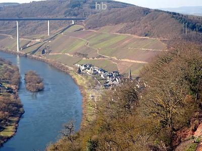 Bick auf den Weinort Ürzig vom Parkpalz Leizenberg aus. Im Hintergrund ein Teil der Hochmoselbrücke.