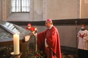 Gebet am Schrein in der Heilig-Rock-Kapelle: Das ist während der Heilig-Rock-Tage 2021 in Trier möglich. Bildquelle: Bistum Trier.