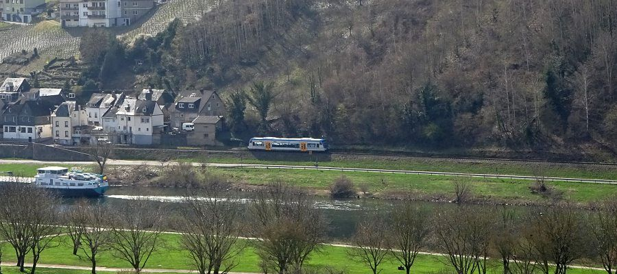 Die 13 km lange Strecke der Moselweinbahn führt auf ihrer gesamten Länge durch das Flusstal. In 18 Minuten bewältigt der Zug die Strecke von Bullay nach Traben-Trarbach.