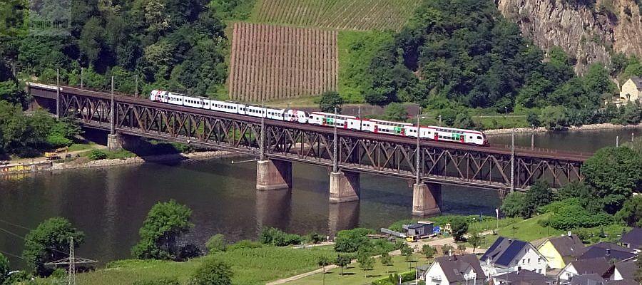 Die Moselbrücke Bullay verläuft zwischen Alf und Bully über die Mosel. Die Doppelstockbrücke ist eine  kombinierte Eisenbahn-Straßenenbrücke und gilt als Kulturdenkmal.