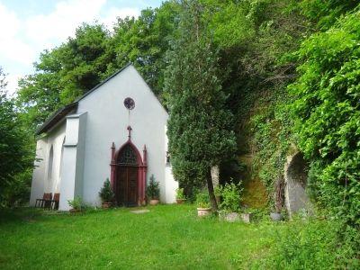 Neugotische Kapelle im Merler Weinberg.
