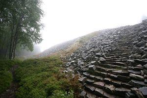 Steintreppe zum Ringwall.