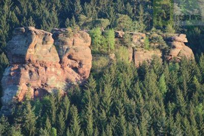 Der Altfels Kastel-Staadt. Weitere Felsformationen sind Römertor, Runder Turm, Pilzfelsen und der Igelfelsen.