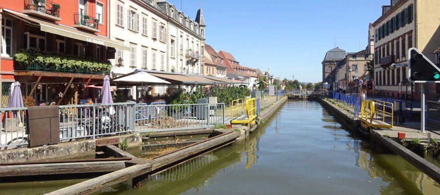 Mitten im Zentrum der Stadt Saverne liegt die Schleuse des Rhein-Marne-Kanals.