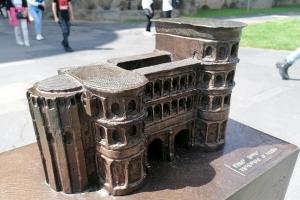 Modell der Porta Nigra mit Blindenschrift, Foto: Angelika Witczak/Bistum Trier