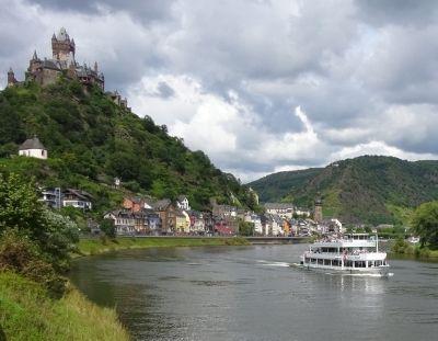Entdecken kann man die Mosellandschaft auch bei einer Schifffahrt, direkt ab Cochem.