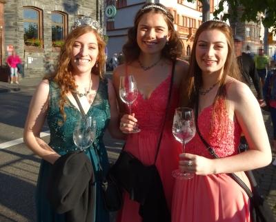 Mit dabei bei der Krönung der diesjährigen Mosella in Bernkastel-Kues war auch die Piesporter Weinkönigin 2021-2023 Franziska I. mit ihren Prinzessinnen Viktoria und Katharina. Foto: H. Bruxmeier