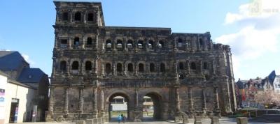Die 10. Illuminale bespielt in diesem Jahr das größte Wahrzeichen Triers: die Porta Nigra.  Foto: regiodrei.de